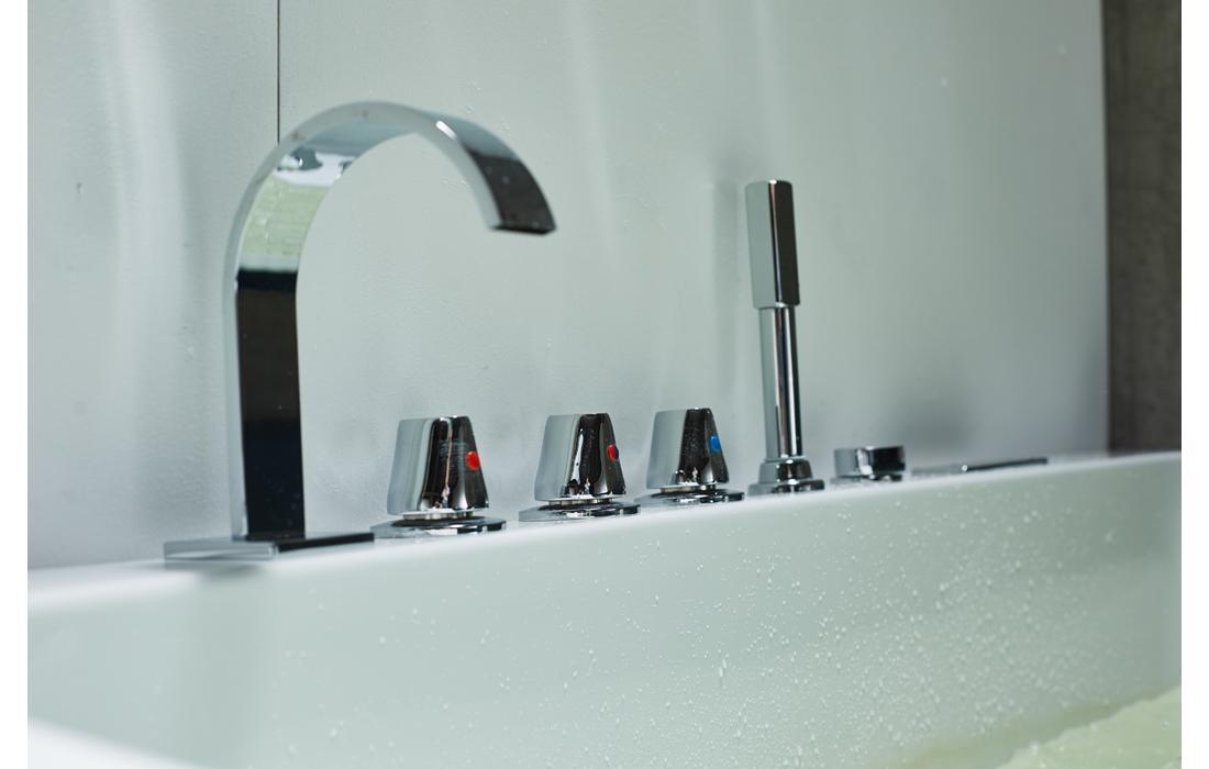 Vasca idromassaggio modello Vienna dettaglio rubinetteria